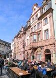 Ludzie cieszy się słońce i napoje na zewnątrz lokalnej kawiarni przy rynkiem Obrazy Royalty Free