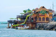 Ludzie cieszy się słonecznego dzień w Karaiby przy Jimmy Buffett Margaritaville Montego Bay falezami na oceanie obraz stock