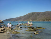 Ludzie cieszy się sunnny dzień przy Bahia Concha wyrzucać na brzeg zdjęcia stock