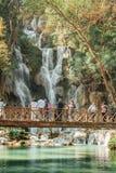 Ludzie cieszy się widok siklawa na moście w Tat Kuang Si siklawach blisko Luang Prabang, Laos obrazy stock