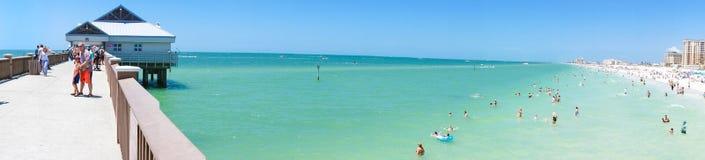 Ludzie cieszy się wodę i linię horyzontu w Clearwater plaży Floryda przy plażą, wiosny przerwa Zdjęcia Royalty Free