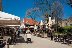 Ludzie cieszy si? spacer na pi?knych ulicach Zagreb przy Kaptol w wczesnym wiosna dniu fotografia royalty free