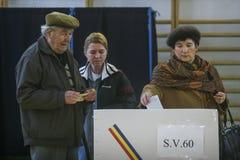 Ludzie ciskają ich głosowanie zdjęcia royalty free