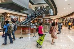 Ludzie CityGate ujścia zakupy centrum handlowego Dzwonili Chung Blady Lantau islan Fotografia Royalty Free