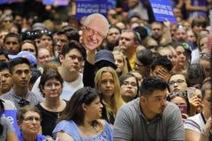 Ludzie czekać na Bernie Mod, Sanders Mówją przy Prezydenckim wiecem Zdjęcia Stock