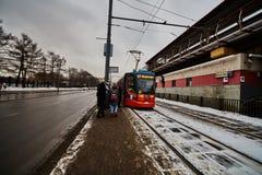 20 04 2017: Ludzie czekać na elektrycznego pociąg w centrum Mo Zdjęcia Stock