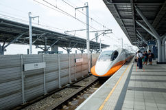 Ludzie czekać na Tajwańskiego Wysokiego prędkość poręcz Tainan zdjęcia stock