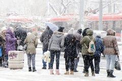 Ludzie czekać na transport publicznego przy przystankiem autobusowym w ciężkiej miecielicie w zimie fotografia stock