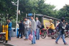 Ludzie czeka jawnego autobus Zdjęcie Stock