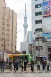 Ludzie czeka krzyżujący drogę z Tokio Skytree Fotografia Royalty Free
