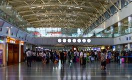 Ludzie Czeka Na zewnątrz Wyjściowej bramy przy Pekin lotniska PEK Kapitałowym Terminal 2 Obrazy Royalty Free
