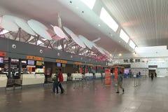 Ludzie czeka odprawę przy Wyjściowym Terminal w KLIA 2 lotnisku w Kuala Lumpur, Malezja Fotografia Royalty Free