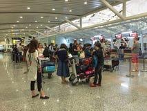 Ludzie czeka odprawę przy lotniskiem w Bali, Indonezja Fotografia Royalty Free