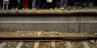 Ludzie czeka pociąg obok kolejowej fotografii brać w Dżakarta Indonezja Obrazy Stock