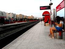 Ludzie czeka pociąg przy przerwy strefą święty Gabriel w Alicante obrazy stock