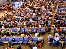 Ludzie czeka pociągi Zdjęcia Royalty Free