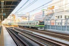 Ludzie czeka pociąg w dworcu w Japonia Obraz Stock