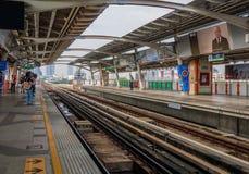 Ludzie czeka przyjazd niebo pociąg przy mo karteczki stacją Zdjęcie Stock