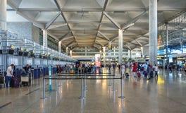 Ludzie czeka sprawdzać wewnątrz, Malaga lotnisko, Hiszpania fotografia stock