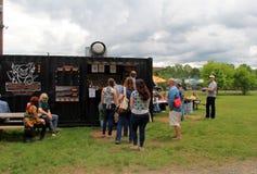 Ludzie czeka w linii przy jedzenie ciężarówką, słonia ` s bagażnika pchli targ, Nowy Milford, CT 2017 Zdjęcia Stock