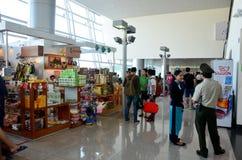 Ludzie czekają lot wśrodku przy Dębnym syna Nhat zawody międzynarodowi airpo Fotografia Stock