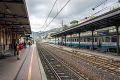 Ludzie czekają pociąg przy platformą dworzec w Santa Margherita Ligure, Włochy Obrazy Stock