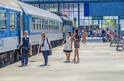 Ludzie czekają w sławnym Zachodnim dworcu w Budapest Zdjęcia Stock