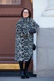 Ludzie demonstruje ulica stylu modę blisko Moskwa Manege przy Mercedes-Benz mody tygodniem Rosja Zdjęcia Stock