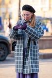 Ludzie demonstruje ulica stylu modę blisko Moskwa Manege przy Mercedes-Benz mody tygodniem Rosja Zdjęcie Stock