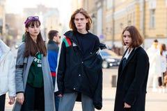 Ludzie demonstruje ulica stylu modę blisko Moskwa Manege przy Mercedes-Benz mody tygodniem Rosja Zdjęcie Royalty Free