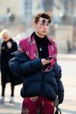 Ludzie demonstruje ulica stylu modę blisko Moskwa Manege przy Mercedes-Benz mody tygodniem Rosja Fotografia Royalty Free