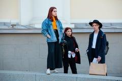 Ludzie demonstruje ulica stylu modę blisko Moskwa Manege przy Mercedes-Benz mody tygodniem Rosja Obrazy Stock