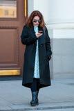 Ludzie demonstruje ulica stylu modę blisko Moskwa Manege przy Mercedes-Benz mody tygodniem Rosja Obrazy Royalty Free