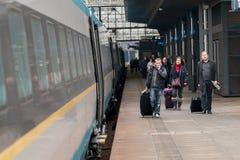 Ludzie deska pociągu na Praga Głównej staci zdjęcie stock