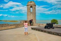 Ludzie doświadcza troszkę kawałek historia w Castillo De San Marcos forcie przy Floryda Historycznym wybrzeżem fotografia royalty free
