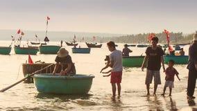 Ludzie Dostają Z Round Wietnamskiej łodzi rybackiej Na plaży zdjęcie wideo