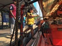 Ludzie dostają na wodnym autobusie w Bangkok Zdjęcie Stock