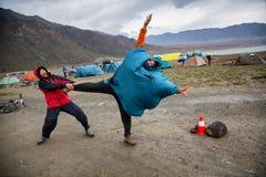 Ludzie dowcipu nad silnym wiatrem Zdjęcia Stock