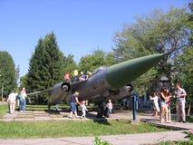 Ludzie dzieci bawić się blisko pomnikowego militarnego bojowego samolotu w parku w lecie zdjęcie royalty free