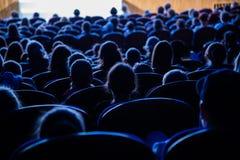 Ludzie, dzieci, dorosli, rodzice w teatrze fotografia stock