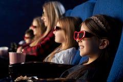 Ludzie, dzieciaka watchng film w 3d szkłach w kinie zdjęcie royalty free