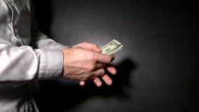 Ludzie dzielą z each inny plik dolary na wiązce klucze od własności zdjęcie wideo