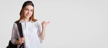 Ludzie, edukacja i studiowania pojęcie, Atrakcyjny zadowolony żeński uczeń, jest ubranym formalną białą koszula, czerni nakrętka, obrazy royalty free
