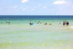 Ludzie enyoy dopłynięcie w południe i plaża Wyrzucać na brzeg obraz royalty free