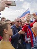 Ludzie fotografują z TV podawcą Anatoly Kuzevich, Mosc obraz royalty free
