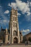 Ludzie, Gocka katedra i niebieskie niebo w Ghent, Obrazy Stock