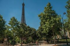 Ludzie, greenery i wieża eifla z pogodnym niebieskim niebem w Paryż, Zdjęcie Royalty Free