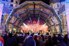 Ludzie gromadzenia się Przy boże narodzenie rynku Bucharest Bezpłatnym Koncertowym W centrum miastem Zdjęcia Royalty Free