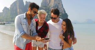 Ludzie Grupują Na Plażowej Bierze Selfie fotografii Na komórka Mądrze telefonu kobiet I mężczyzna Szczęśliwych turystach Na wakac zdjęcie wideo