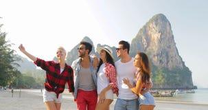 Ludzie Grupują Opowiadać Na Plażowej Bierze Selfie fotografii Na komórka telefonu kobiet I młodych człowieków Mądrze turystach Ko zbiory